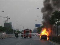 宿松路附近轿车自燃