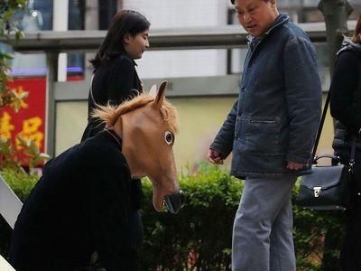父亲救儿子扮马被人骑
